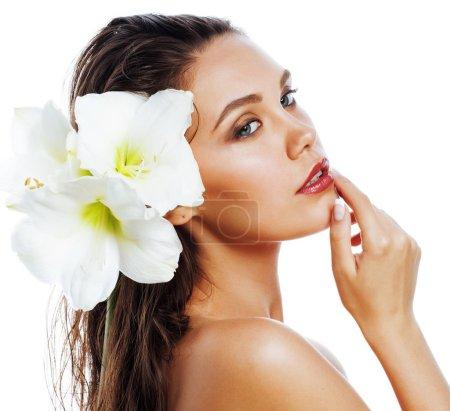 Photo pour Jeune jolie femme avec Amarilis fleur gros plan isolé sur blanc, manucure des mains - image libre de droit