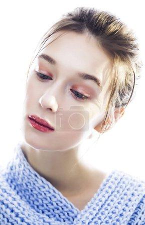 Photo pour Jeune jolie femme isolée sur fond blanc, makeupand beauté fashion people concept, écharpe tricotée bleu hiver - image libre de droit