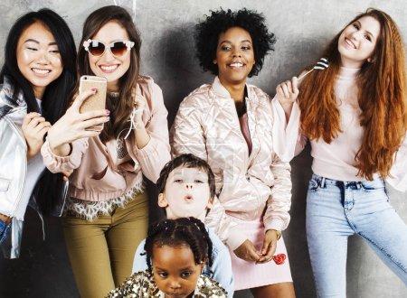 Photo pour Concept de mode de vie et les gens: jeunes jolie femme de la diversité des nations et des enfants - image libre de droit