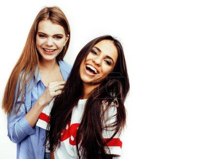 Photo pour Meilleurs amis adolescentes ensemble s'amuser, ce qui pose émotionnelle sur fond blanc, besties heureux souriant, mode de vie de personnes concept, blonde et brune multi des nations - image libre de droit