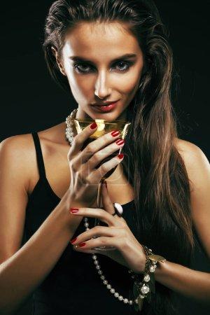 Schönheit junge sencual sexy Frau mit Schmuck in Nahaufnahme posiert auf schwarzem Hintergrund, Luxus-Porträt der reichen echten Mädchen, Party-Mode Make-up