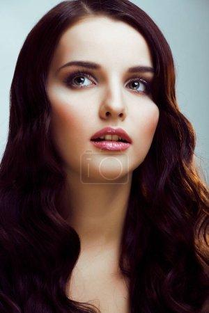 Photo pour Jeune femme Jolie brunette avec des vagues de coiffure, maquillage de luxe look mode gros plan - image libre de droit