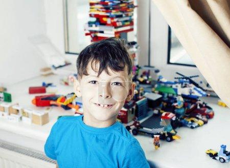 Photo pour Garçon de petit mignon bambin jouant constructeur jouets à la maison heureux souriant, mode de vie enfants concept bouchent - image libre de droit