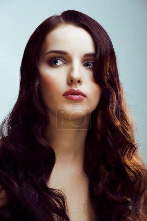 Photo pour Jeune jolie femme brune avec des vagues de coiffure, look de luxe maquillage de mode gros plan - image libre de droit