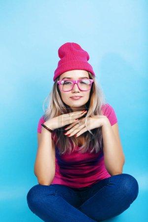 Photo pour Jeune jolie adolescente moderne hipster fille posant émotionnel heureux sur fond bleu, style de vie gens concept gros plan - image libre de droit