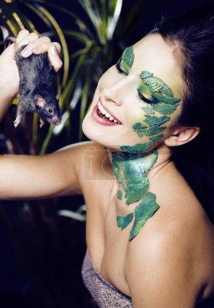 Photo pour Femme avec créatif maquillage comme serpent et rat dans ses mains, Halloween horreur gros plan blague effrayant, fou concept sauvage - image libre de droit
