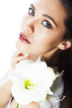 Foto de Joven bonita mujer con Amarilis flor primer plano aislado en blanco, manicura de las manos, concepto de gente de spa - Imagen libre de derechos