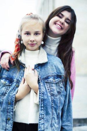 Photo pour Jeunes étudiants heureux adolescents à l'université bâtiment sur les escaliers, style de vie gens concept brunette et blonde fille gros plan - image libre de droit