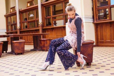 Photo pour Jeune jolie fille blonde posant dans le style de mode à l'intérieur de hall europe vintage, style de vie riches concept gros plan - image libre de droit