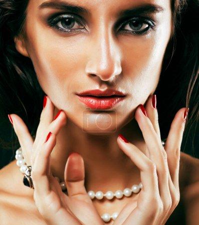 Photo pour Beauté femme riche avec un maquillage lumineux portant des bijoux de luxe sur fond noir gros plan, mode dame coiffure bouclée - image libre de droit