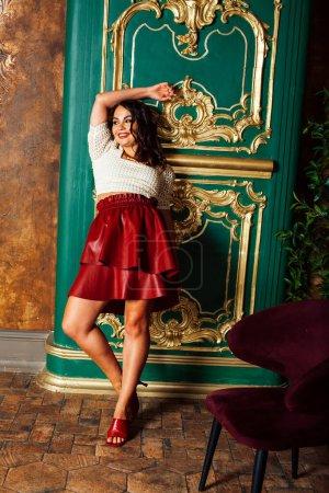 Photo pour Jeune femme italienne assez riche en doré chambre de luxe intérieur, élégant hôtel de style, les gens en vacances gros plan - image libre de droit