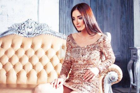 Photo pour Jeune jolie femme brune posant dans l'intérieur de la chambre hotek de luxe, style de vie gens riches concept gros plan - image libre de droit