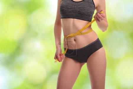 Foto de Chica joven haciendo las medidas del cuerpo con cinta métrica - Imagen libre de derechos