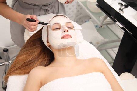 Photo pour Soin du visage de la jeune femme dans un salon de cosmétologie - image libre de droit