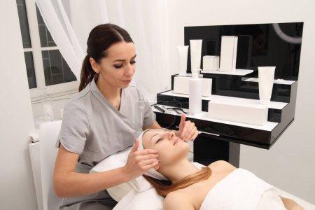 Photo pour Traitement cosmétique au salon de spa. Massage de salon facial. - image libre de droit