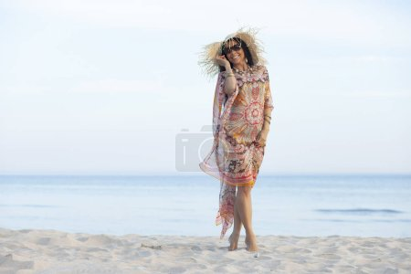 Photo pour Une femme adulte heureuse tôt le matin sur la plage - image libre de droit