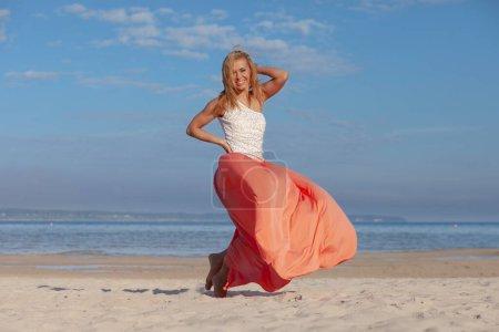 Photo pour Belle jeune femme sexy profitant de l'été en plein air - image libre de droit