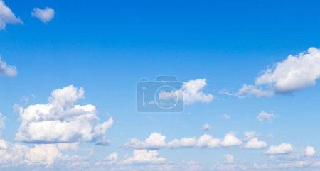 Photo pour Nuages et fond bleu ciel - image libre de droit