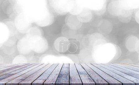 Foto de Suelo de madera con tablones y fondo borroso brillante - Imagen libre de derechos