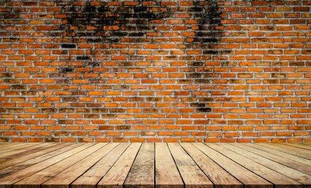 Foto de Fondo de pared de ladrillo marrón y suelo de madera con tablones - Imagen libre de derechos