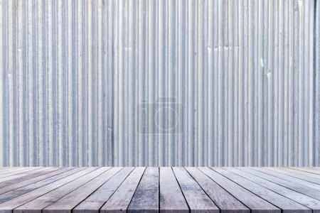 Foto de Ventanas de madera antiguas o suelos de madera para colocación o montaje de productos con antecedentes de chapa galvanizada.. - Imagen libre de derechos