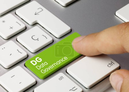 Photo pour Gouvernance des données DG Écrit sur Clé verte du clavier métallique. Touche de pression des doigts. - image libre de droit