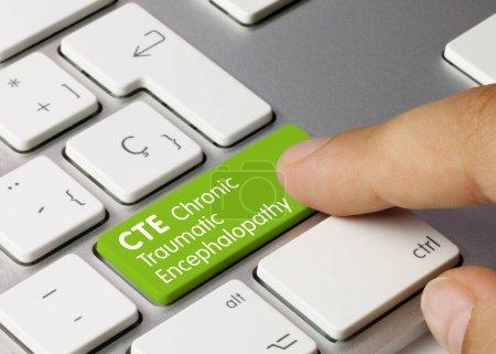 Photo pour Encéphalopathie traumatique chronique CTE écrite sur la touche verte du clavier métallique. Touche de pression des doigts. - image libre de droit