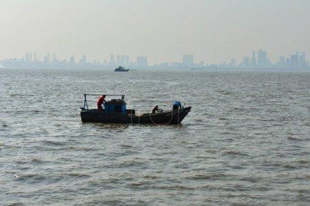 Photo pour Un petit bateau de pêche de retour à la maison après le coucher du soleil - image libre de droit