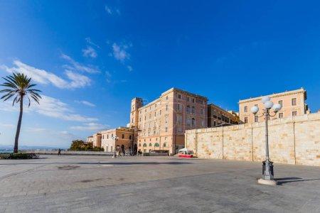Photo pour Bastion Saint Rémy et la terrasse panoramique Umberto forme que vous pouvez profiter d'une large vue sur la ville et du port de Cagliari, Sardaigne, Italie - image libre de droit