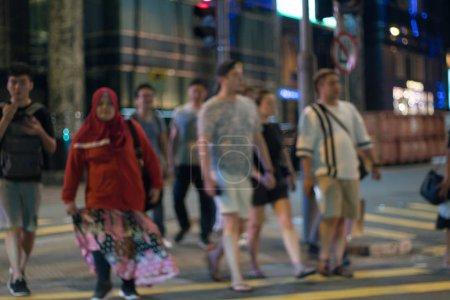 Foto de China, Hong Kong - 24 de abril de 2019: Gente caminando por la calle de la ciudad de Hong Kong Central - Imagen libre de derechos
