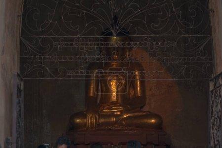 Photo pour Ancienne statue de bouddha doré - image libre de droit