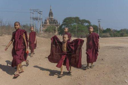 Photo pour Enfants moines bouddhistes dans le temple de angkor wat, cambodia - image libre de droit