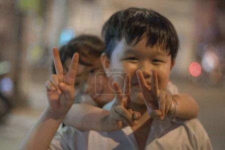 Photo pour Enfants heureux dans la rue en Chine - image libre de droit
