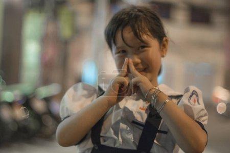 Photo pour Fille heureuse dans la rue en Chine la nuit - image libre de droit