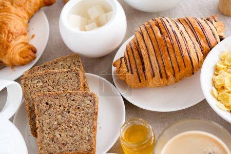 Photo pour Petit déjeuner français avec croissant - image libre de droit