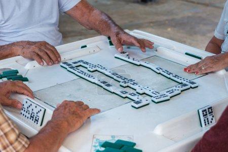 Photo pour Vue rapprochée d'individus jouant au jeu de domino dans le parc historique de Domino à Little Havana . - image libre de droit
