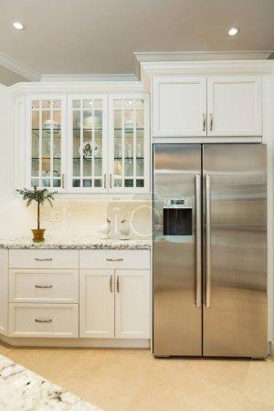 Photo pour Belle cuisine avec armoires blanches. - image libre de droit