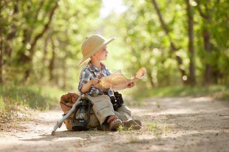 Photo pour Voyageur garçon avec sac à dos étudiant la carte de route dans une journée d'été ensoleillée - image libre de droit