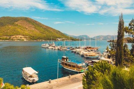 Photo pour Panoramique magnifique couchette vue de la marina. Dans la ville turque d'Icmeler. Vue de l'île dans la baie, en Europe - image libre de droit