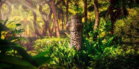 Photo pour Vieux totem dans la jungle tropicale, en forêt, pilier de pierre, idole en brousse, palm - image libre de droit