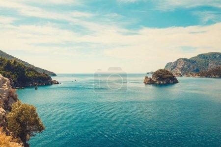 Photo pour Vue panoramique sur la mer dans la ville turque d'Icmeler. Vue de l'île dans la baie en Europe - image libre de droit
