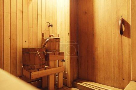 Photo pour Intérieur du sauna finlandais, sauna en bois classique, salle de bains finlandais, détendez-vous dans le sauna chaud avec de la vapeur - image libre de droit