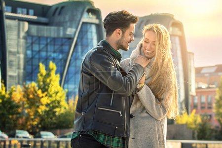 Photo pour Jeune couple sortir ensemble dans la ville. Blonde belle femme et bel homme en vêtements à la mode, saison d'automne . - image libre de droit