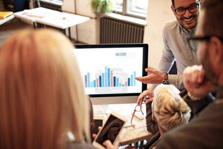 Foto de Equipo empresarial creativo que se reúne y trabaja en el proyecto . - Imagen libre de derechos