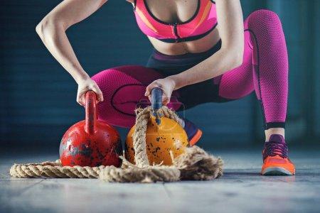 Photo pour Jeune femme forte s'entraîne avec kettlebell . - image libre de droit