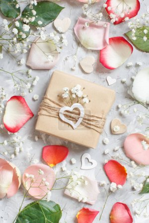 Photo pour Coffret cadeau avec roses et petites fleurs blanches sur fond gris - image libre de droit