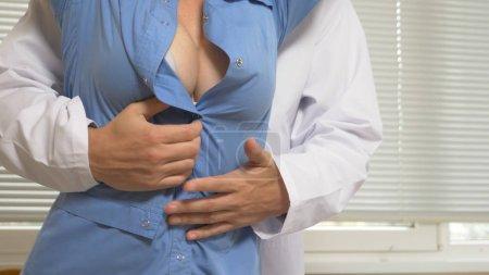 Photo pour Harcèlement à l'hôpital. le médecin sollicite son collègue au bureau de l'hôpital - image libre de droit