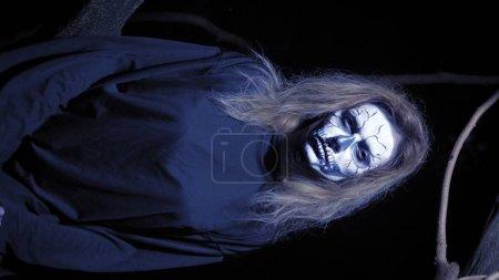 Photo pour Concept d'horreur, femme fantôme dans la forêt. Belle femme avec squelette maquillé dans une forêt effrayante. horizontalement . - image libre de droit