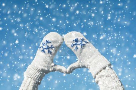 Photo pour Des gestes de mains dans les mitaines d'hiver. Concept - image libre de droit