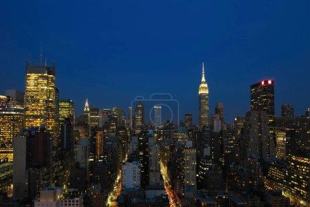 Photo pour Vue aérienne et panoramique des gratte-ciel de New York City, Manhattan. Vue supérieure du centre de nuit de Manhattan - image libre de droit